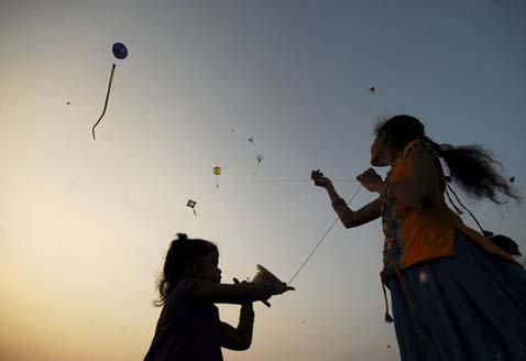 मकर संक्रांति के दिन बच्चे पतंग उड़ाते हैं