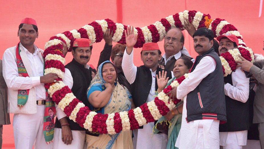 Uttar Pradesh Chief Minister Akhilesh Yadav honored with mala