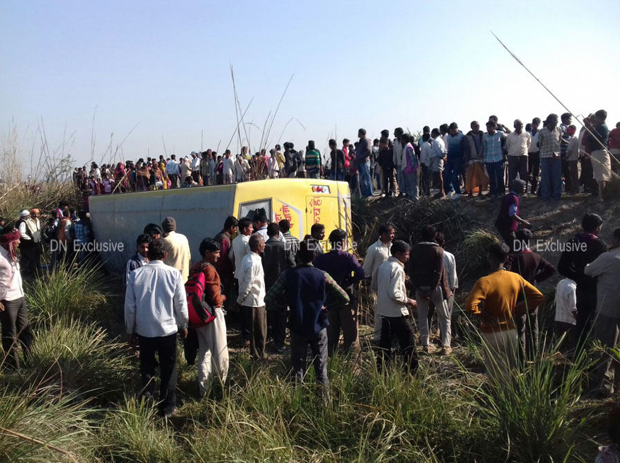 the vehicle overturned in Rasoolabad in Kanpur Dehat district