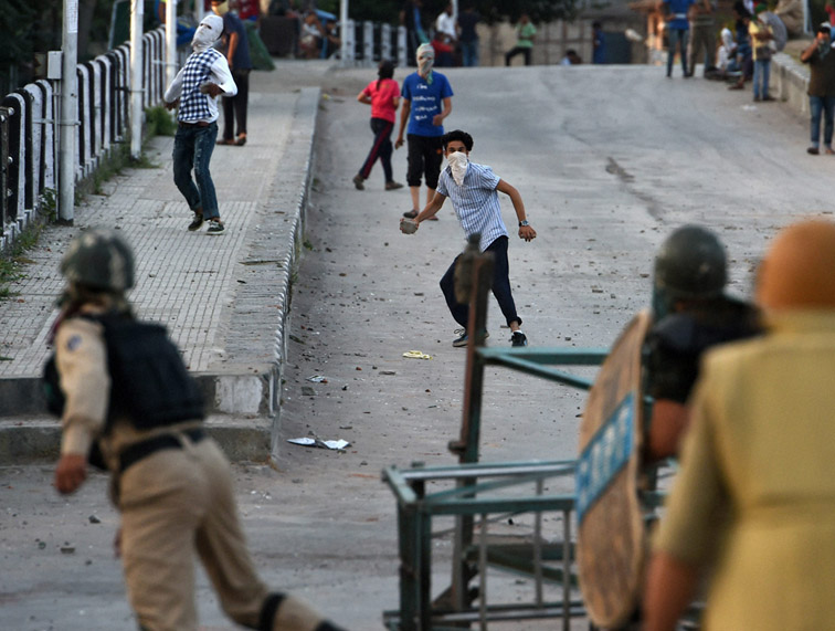 Some stone pelters tried to disrupt the army operation against terrorists. (File Photo)