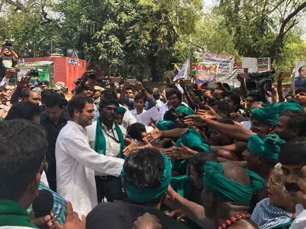 Congress Vice President Rahul Gandhi met the farmers of Tamil Nadu who are performing at Jantar Mantar in Delhi