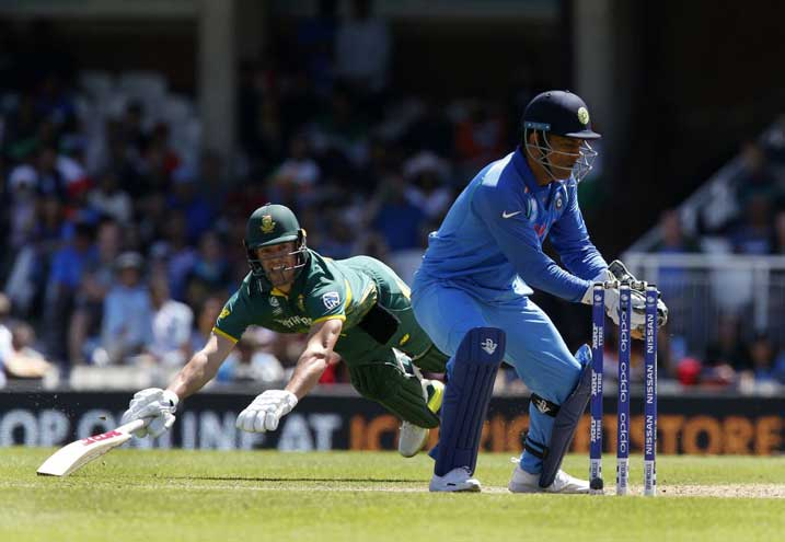 MS Dhoni's glove work at best against ABdeVilliers