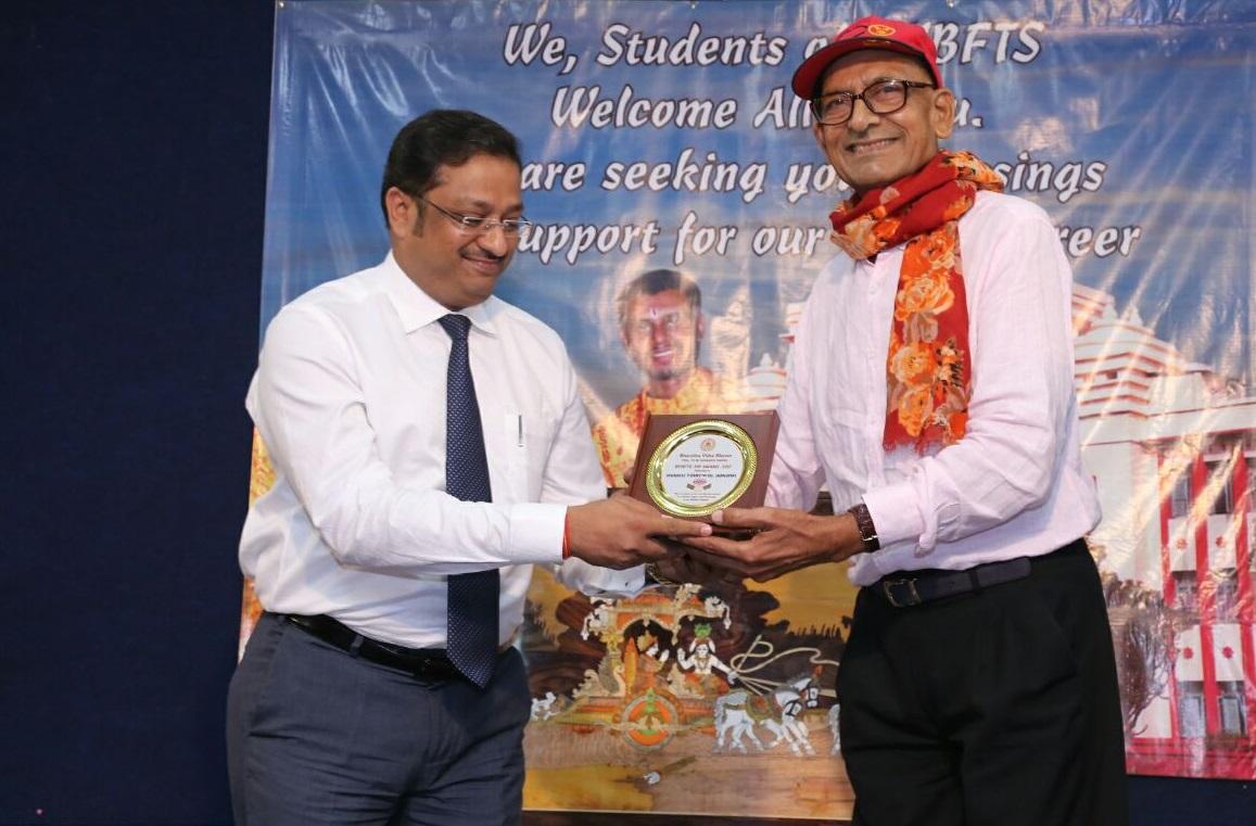 Manoj Tibrewal Aakash receiving the KM Munshi Award