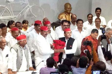 Akhilesh Yadav welcomes Indrajeet Saroj  in the party