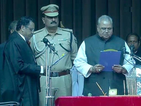 Satya Pal Malik taking oath as Bihar Governor