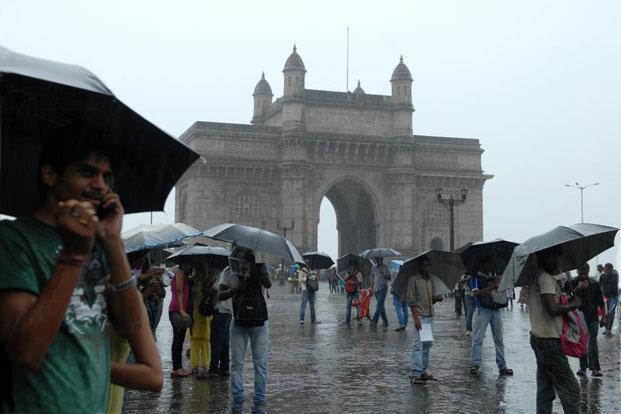 Moderate rainfall lashes  Mumbai