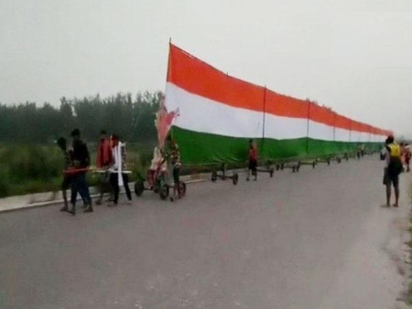 The pilgrims carrying 61-feet long tricolour on Kanwar Yatra