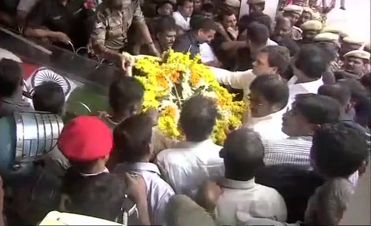 Rahul Gandi Paying tribute to Karunanidhi
