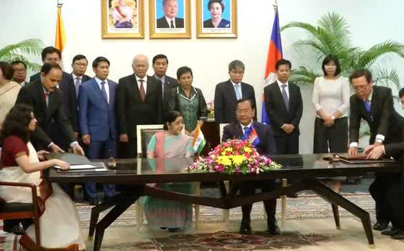 EAM Sushma Swaraj and  Cambodian Minister of Foreign Affairs, Prak Sokhonn