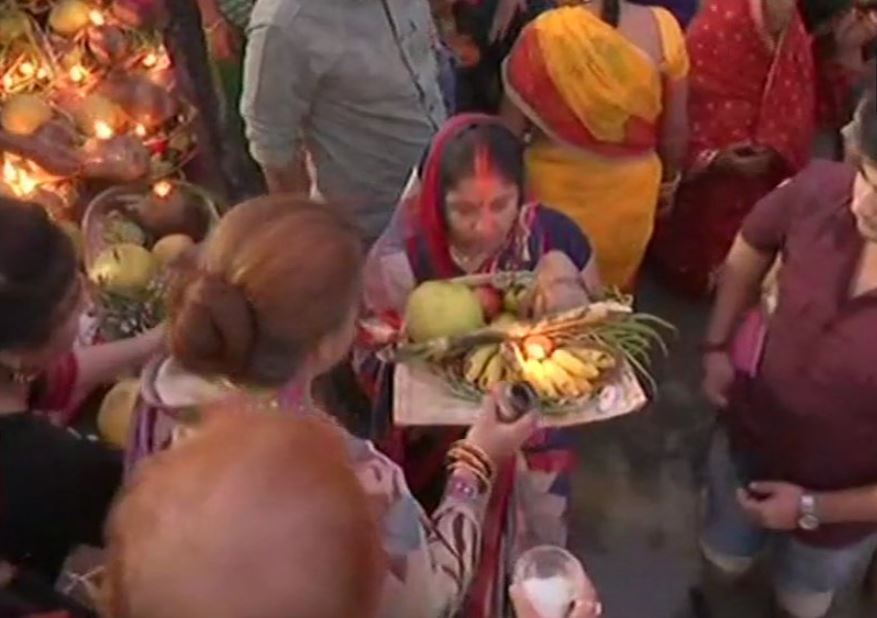 Devotees offer 'arghya' to the rising sun at Patna College Ghat on ChhathPuja
