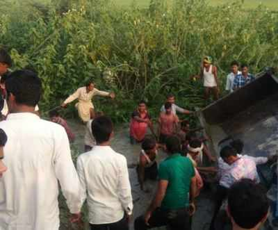 Two killed as tractor-trolley turns turtle