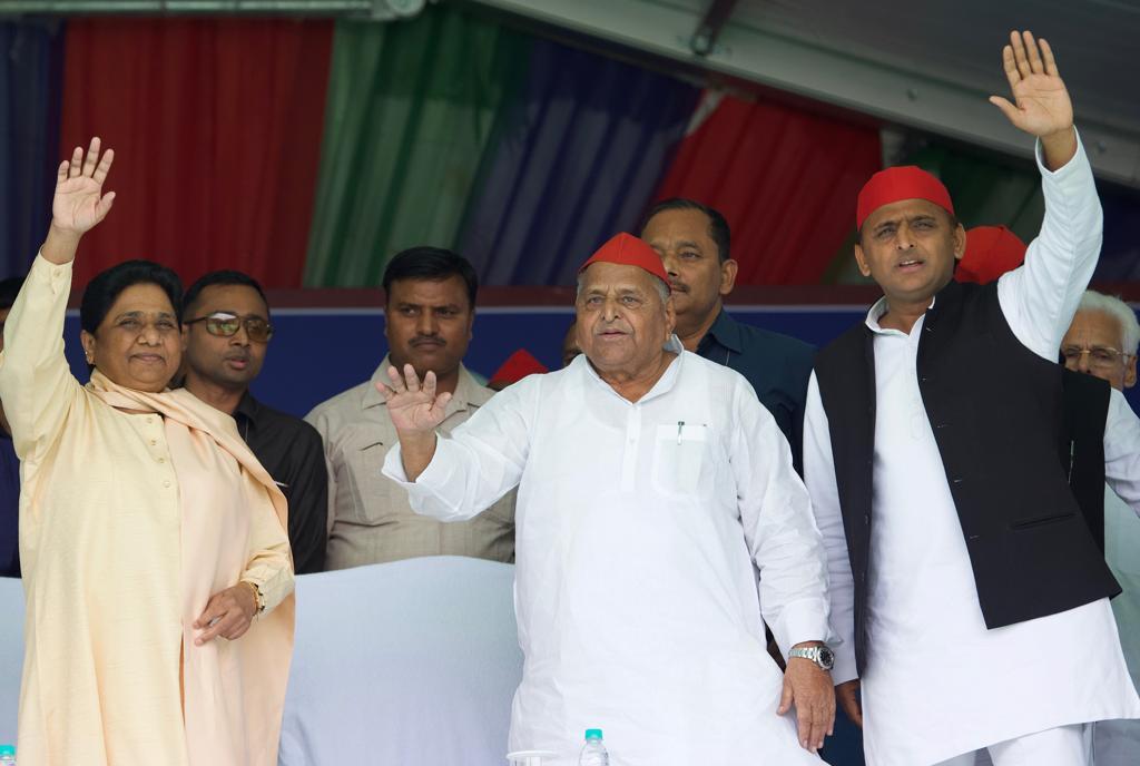 Mulayam Singh Yadav , Mayawati and Akhilesh Yadav share stage