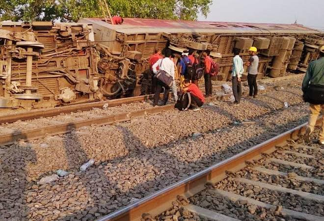 Howrah-New Delhi Poorva Express derailed