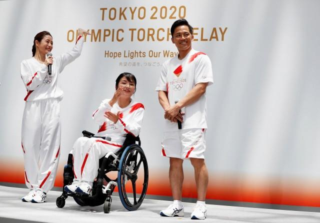 Tokyo 2020 unveils Olympic torchbearer uniform