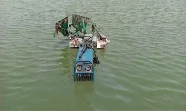 Tractor that fell into a pond in Bharatpur on Sunday