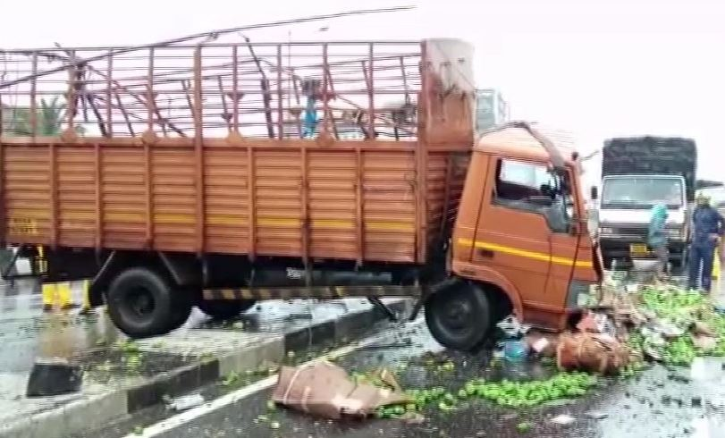 A truck and a car collided on Jogeshwari Flyover Bridge