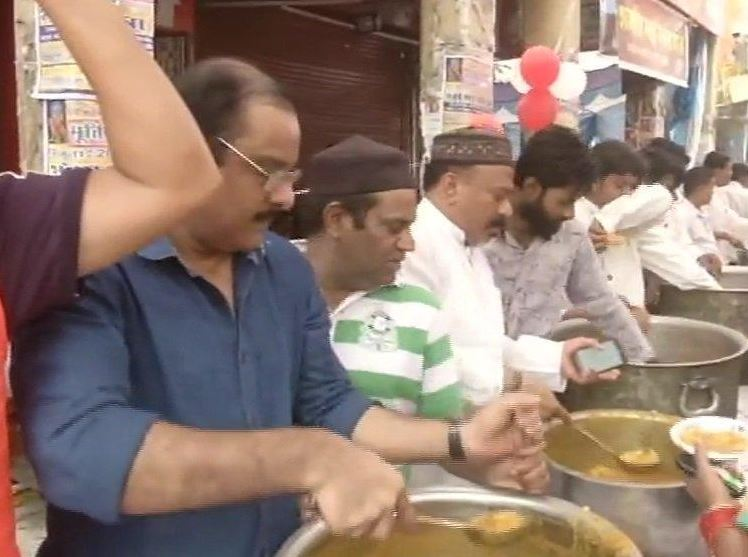 Aman Committee distributes food to Shobha Yatra participants