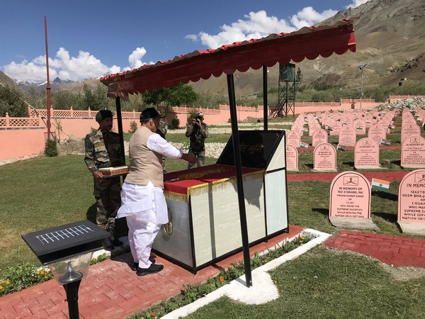 Defence Minister Rajnath Singh paying floral tributes at Kargil War Memorial