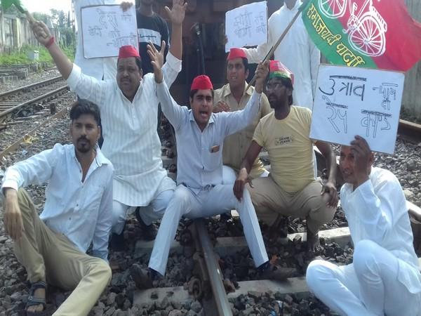 Samajwadi Party Chatra Sabha workers protesting against Yogi Adityanath government on Friday