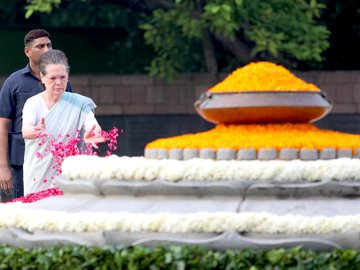 Sonia Gandhi paying tributes to Rajiv Gandhi