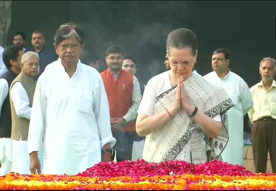Sonia Gandhi and former Prime Minister Manmohan Singh pays tribute to Lal Bahadur Shastri