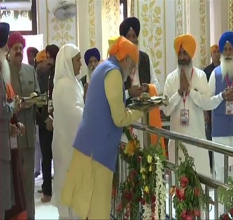 Prime Minister Narendra Modi paying his obeisance at Ber Sahib Gurdwara