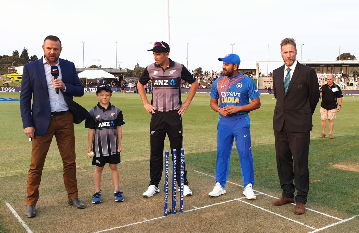 Both the captains in the middle for the toss