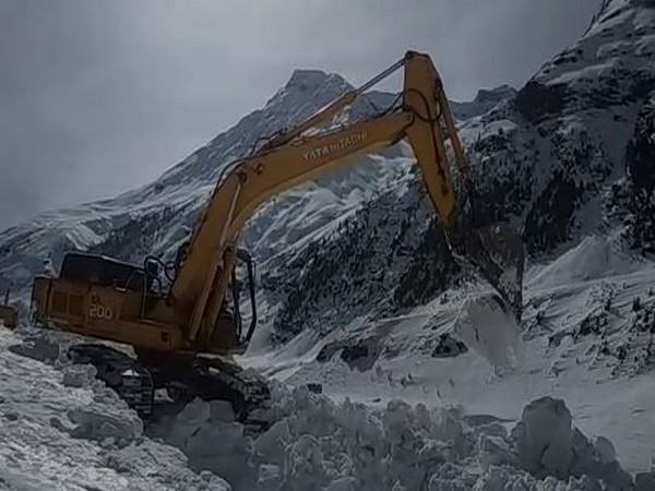Snow clearing operation underway at Manali-Leh road