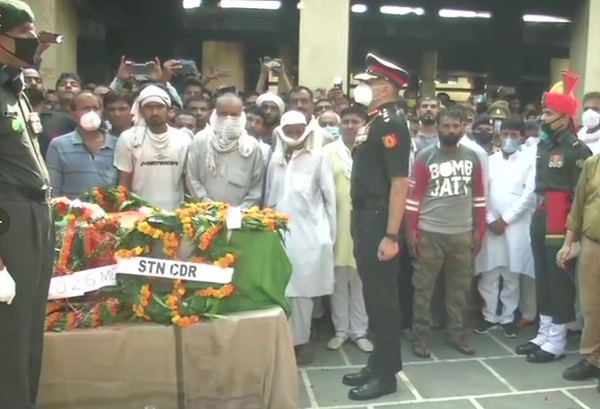 Guard of honour being given to Sepoy Prashant Sharma