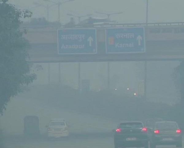 Visibility drops as fog shrouds in Delhi