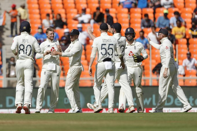 England Team celebrating the wicket