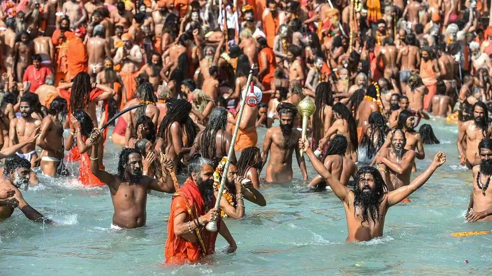 Devotees take holy dip at Har Ki Pauri ghat