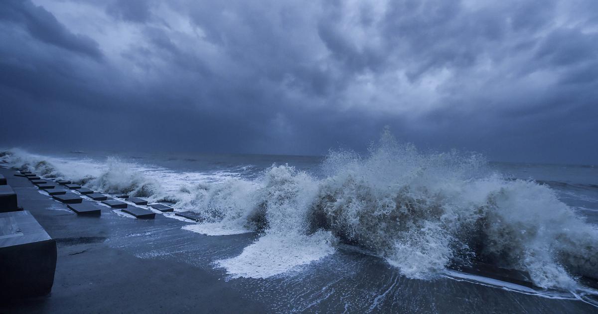 Landfall process of very severe cyclonic storm YAAS