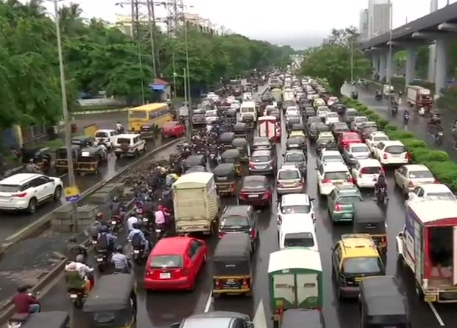 Visual of moving traffic amid inundated roads in Mumbai.